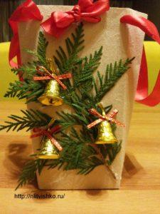 Упаковка для подарков своими руками. Декор туей и колокольчиками
